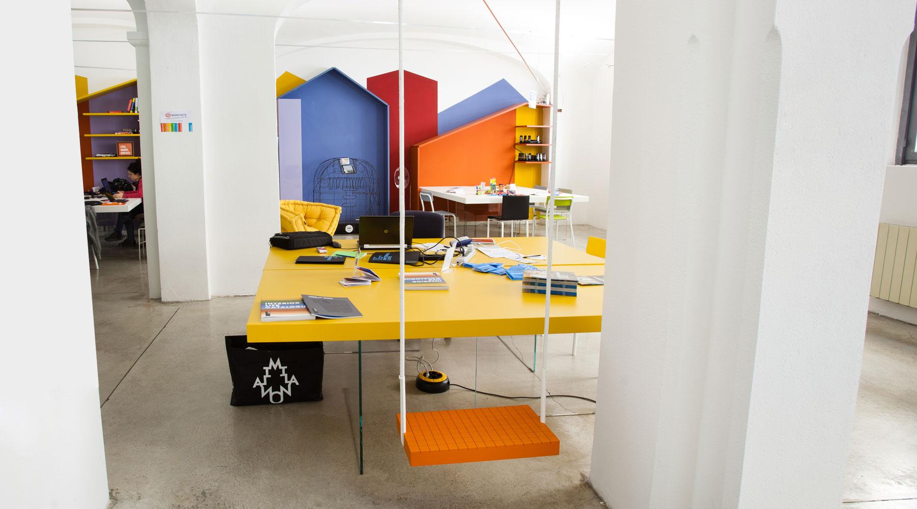 tavolo-giallo-con-gambe-in-vetro