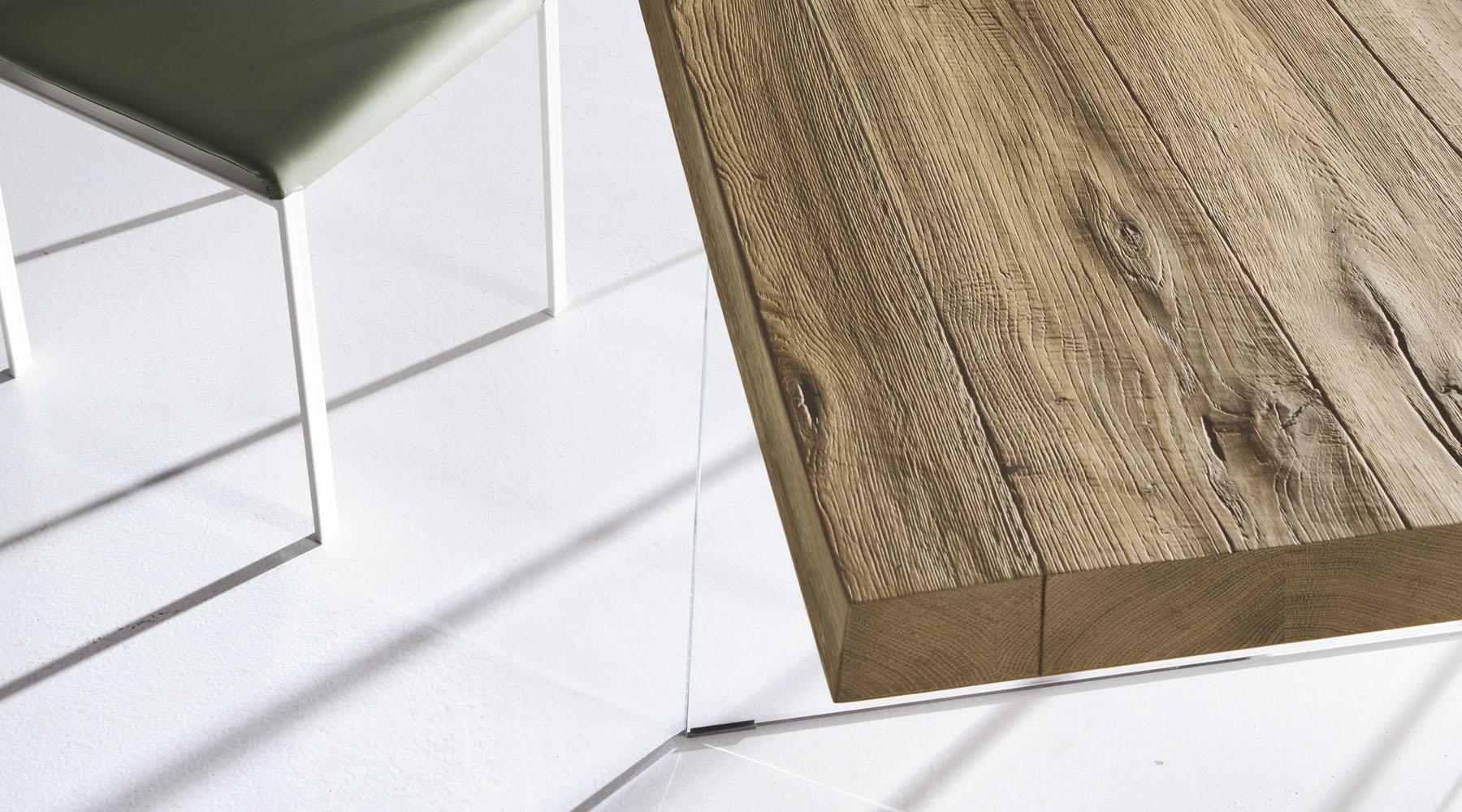 tavolo-sospeso-in-legno-naturale-e-gambe-in-vetro
